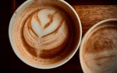 Waarom koffiebekers nooit bij het karton weggegooid mogen worden